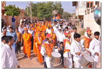 The procession passes through Mokhasan