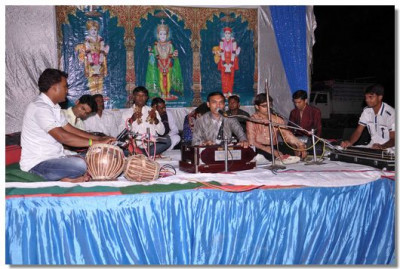 Concert of devotional singing was held during the evening assembly