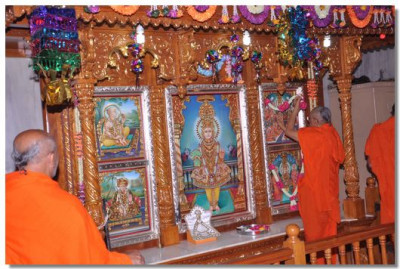 Acharya Swamishree commences the patotsav ceremony