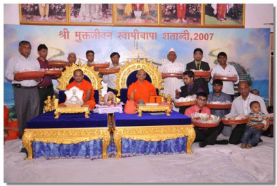 Acharya Swamishree gives darshan to the disciples on whose behalf the parayan took place before He gave His divine ashirwad