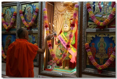 Acharya Swamishree Maharaj performs aarti in Delhi Mandir