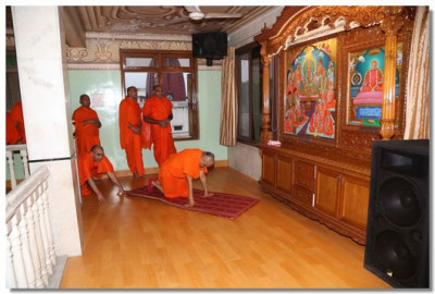 Acharya Swamishree Maharaj prostrates before the divine sabha and Gadi Murtis