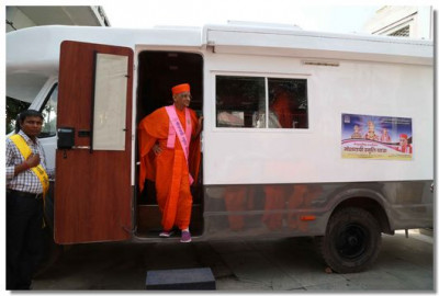 Acharya Swamishree Maharaj travels in the caravan