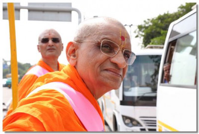 Acharya Swamishree Maharaj gives darshan