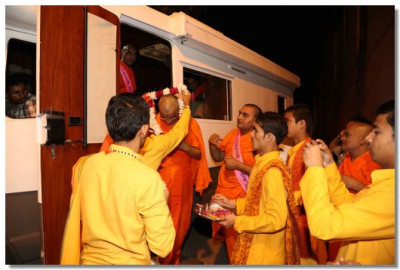 Priests of the Parmarth Ashram in Rishikesh welcome Acharya Swamishree Maharaj