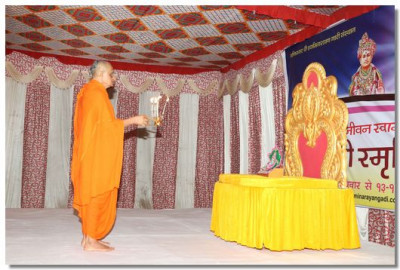 Acharya Swamishree Maharaj performs the Sandhya aarti in the assembly marquee situated on the banks of the River Ganges in Rishikesh