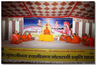 Acharya Swamishree Maharaj presides in the evening assembly