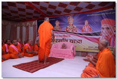 Acharya Swamishree performs Mangla aarti in Haridwar on day 3 of the yatra