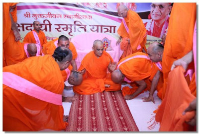 Acharya Swamishree blesses all sants and disciples following the conclusion of the morning sabha
