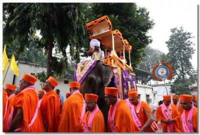 The procession of Haridwar commences with Acharya Swamishree seated on the elephant