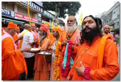 Sadhus of the regions perform aarti to Acharya Swamishree