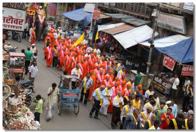 The procession passes through the main market of Haridwar