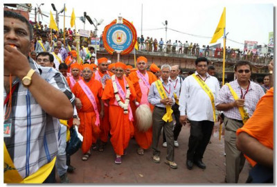 Acharya Swamishree and the group head towards the sabha mandap