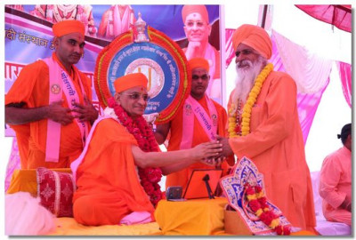 Acharya Swamishree greets chief priests of the sacred city of Haridwar