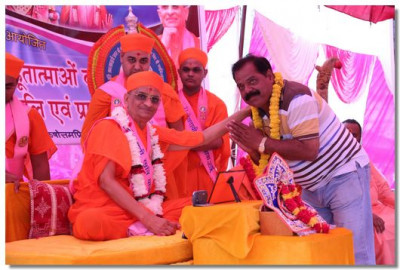 Acharya Swamishree blesses a local dignatory