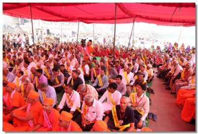 Hundreds of Sants and disciples listen to Acharya Swamishree's divine blessings