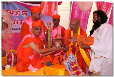 Acharya Swamishree presents the Sarvopari Shree Swaminarayan serial, produced by Maninagar Shree Swaminarayan gadi Sansthan, to the eminent local priests