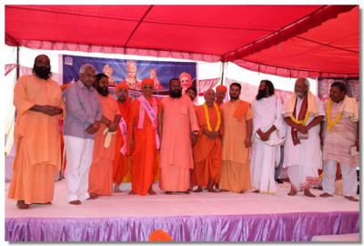 Acharya Swamishree gives darshan with the local priests of Haridwar