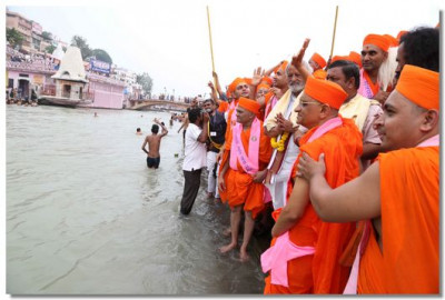 Acharya Swamishree showers His blessing to people across the river
