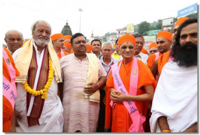Acharya Swamishree with local dignatories