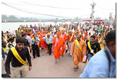 Acharya Swamishree and the group prepare to return to the lodgings