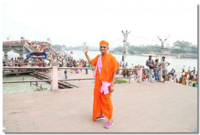 Acharya Swamishree gives darshan at the bank of River Ganga before returning to the lodgings