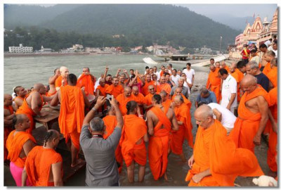 In the afternoon the group return to the bank of River Ganga for the bathing ceremony of Jeevanpran Swamibapa