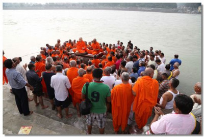 Acharya Swamishree, sants, and disciples perform dhun
