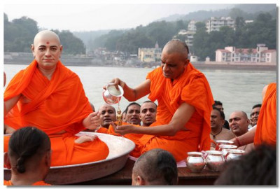 Acharya Swamishree commences the bathing cermony