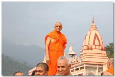 Acharya Swamishree gives His darshan