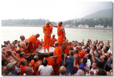 Sants performs panchamrut snan to Acharya Swamishree
