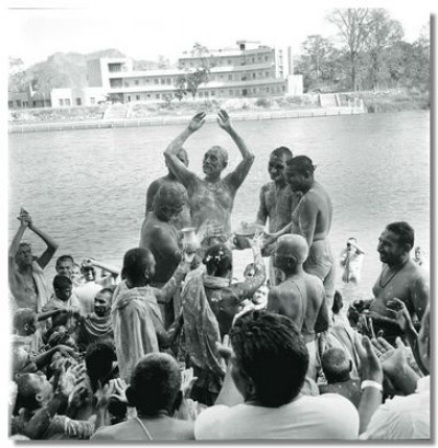 In 1973 sants performs the panchamrut snan ceremony to Jeevanpran Swamibapa in the same location