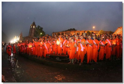 In the evening a mass aarti was performed at the banks of River Ganga