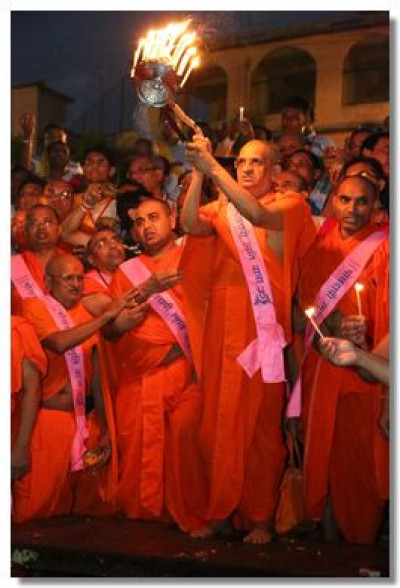 Acharya Swamishree performs aarti