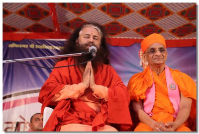 H.H. Muniji commends Acharya Swamishree for His relentless work around the world for the preservance and propogation of the Sanatan, Hindu Dharma
