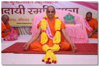 Acharya Swamishree Maharaj performs meditation after the mangla aarti