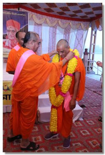 Sadguru Shree Munibhushandasji Swami garlands Acharya Swamishree Maharaj on behalf of all the Sants