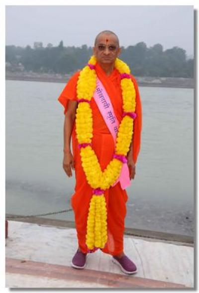 Acharya Swamishree Maharaj gives darshan on the banks of the River Ganga