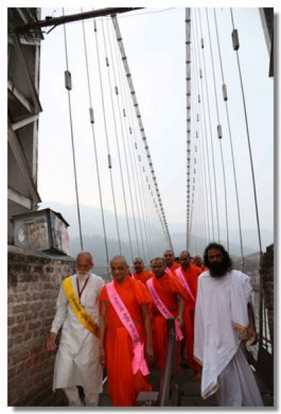 Acharya Swamishree Maharaj, Sants and disciples walk through the sacred city of Rishikesh