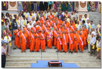 Acharya Swamishree Maharaj, Sants and disciples on the banks of the River Ganga