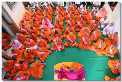 Acharya Swamishree Maharaj, Sants and disciples perform meditation