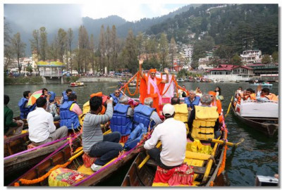Acharya Swamishree Maharaj gives darshan on Lake Nainital