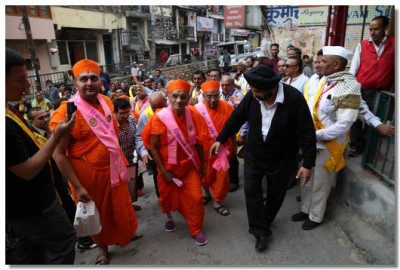 Acharya Swamishree Maharaj is led into Nainital by the person whose home Swamibapa stayed at when He visited the city in 1973