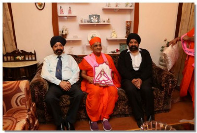 Acharya Swamishree Maharaj visits the house where Swamibapa stayed in 1973