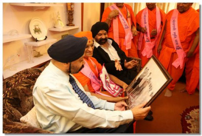 Acharya Swamishree Maharaj shows a photograph taken at that house in 1973
