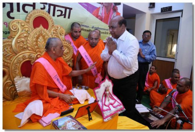 Acharya Swamishree Maharaj blesses local dignitaries