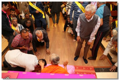 Acharya Swamishree Maharaj gives darshan to all the disciples after the morning meditation