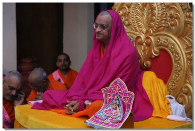 Acharya Swamishree Maharaj performs meditation during the evening assembly