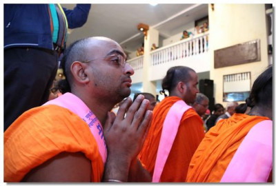 A Sant prays to the Lord during the evening assembly