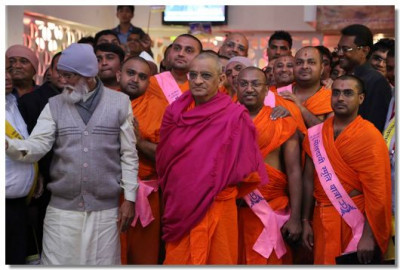 Acharya Swamishree Maharaj, Sants and disciples watch the dance performances, at the end of the Mokshdayi Smruti Yatra